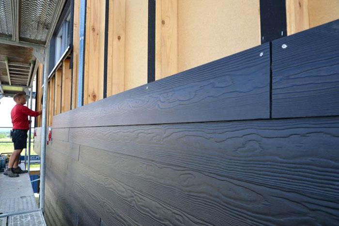 Сайдинг из фиброцемента имеет ярко выраженную текстуру древесины