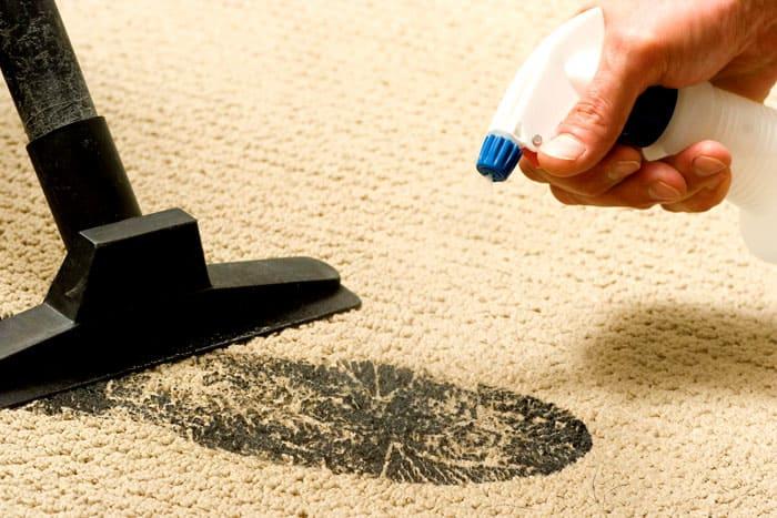 Ковровые покрытия сначала очищаются пылесосом, а затем влажным способом. Понадобится щётка и мыльный раствор