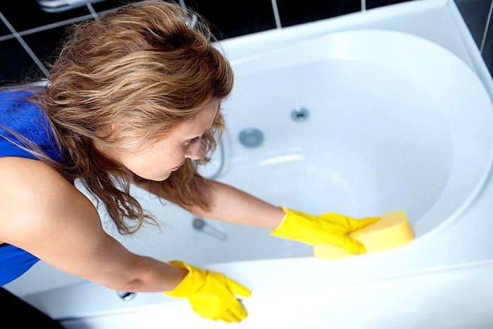 Акриловую ванну нельзя отмывать абразивными средствами. Лучше заранее изучить список составов, пригодных для её очистки