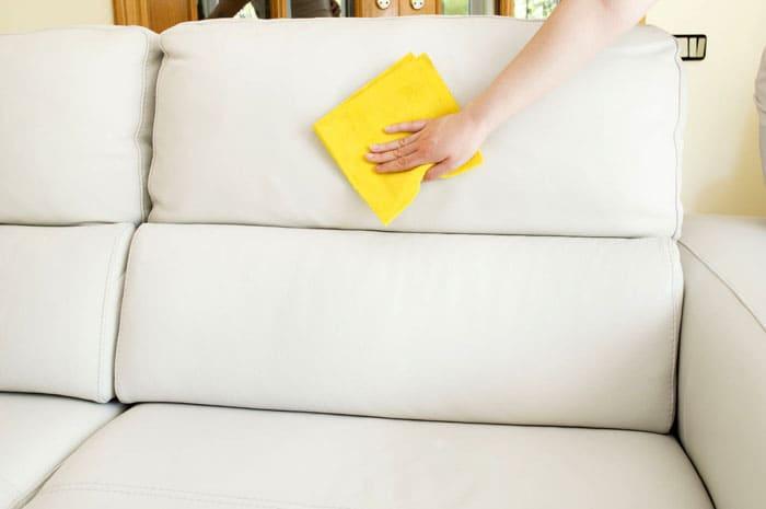В уборке мебели незаменим пылесос: всё тщательно пылесосится с предназначенными для этого насадками