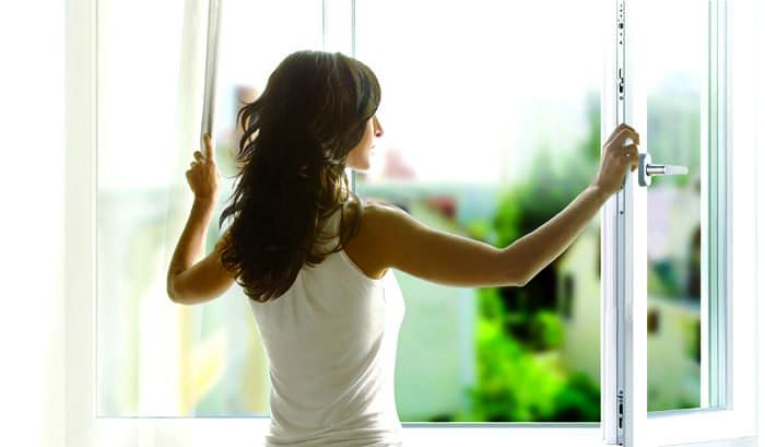 Окна открываем обязательно, но полностью убрать запах от химии пока невозможно
