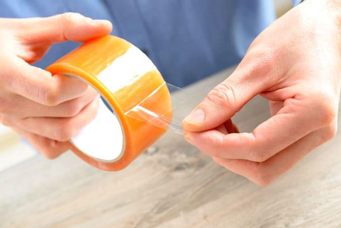 Часто после ремонта остаются следы скотча. С ними расправится обычное подсолнечное масло или жидкость для снятия лака