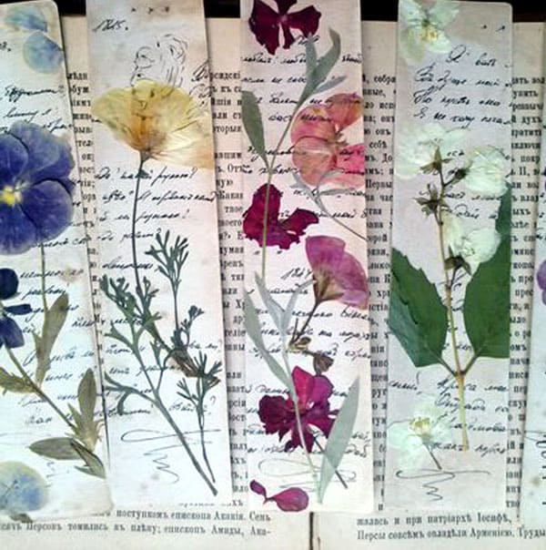 Использование на закладке цветочного гербария превосходно: цветы можно аккуратно заклеить прозрачным скотчем, или покрыть их тонкой калькой. Саму кальку следует навощить обычной восковой свечкой