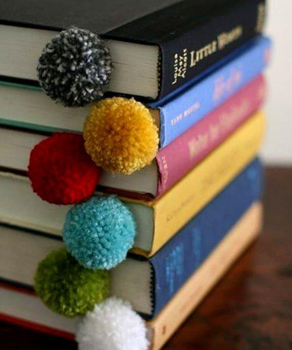 Помпоны хороши не только на шапочках или ковриках. Яркий помпон сразу подскажет, где вы читали в прошлый раз
