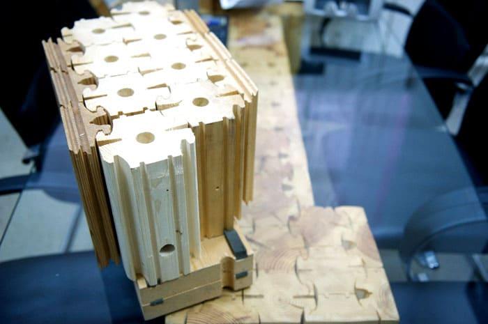 Один кусок дерева приставляется к другому, при этом гребни должны войти в пазы. Чтобы конструкция не развалилась, дополнительно её укрепляют нагелями
