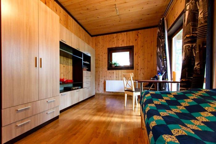 В дома из бруса можно въезжать через несколько месяцев после их постройки, в то время как в обычный деревянный дом допускается заселение только через год