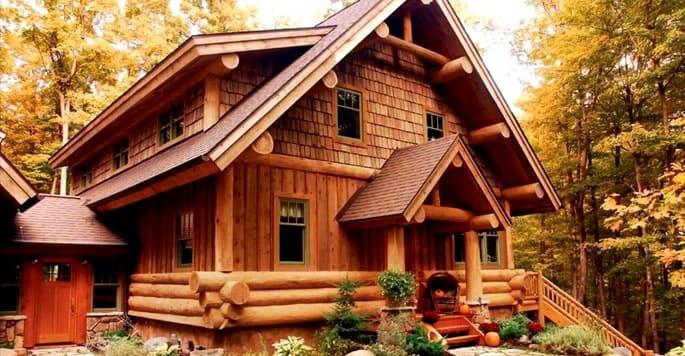 Здания, построенные из брусьев, расположенных вертикально, смотрятся натурально