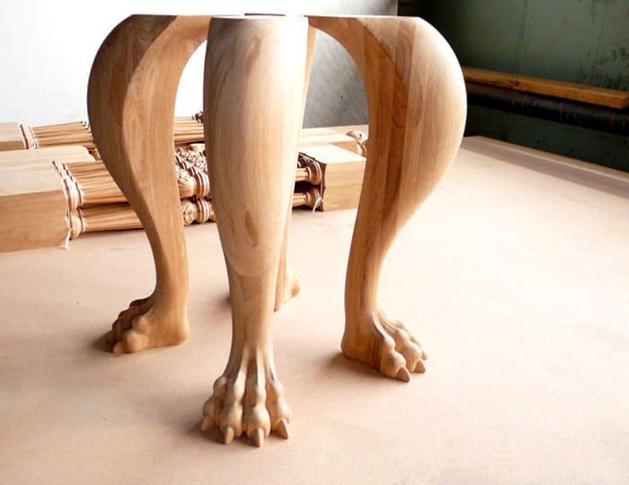 Чтобы привести готовые ножки в должный вид пользуются лаками и пропитками, защищающими древесину от влаги и гниения