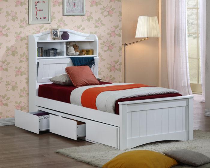 В комнате для одного человека целесообразно расположить узкую односпальную кровать, но с полезным местом для хранения