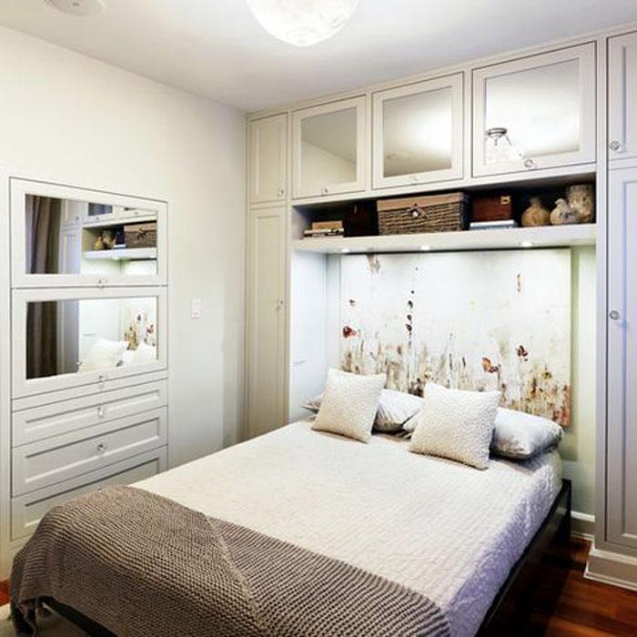 Мебель можно разместить весьма компактно, если подбирать неширокие ящики и антресоли, которые прекрасно займут место за кроватью
