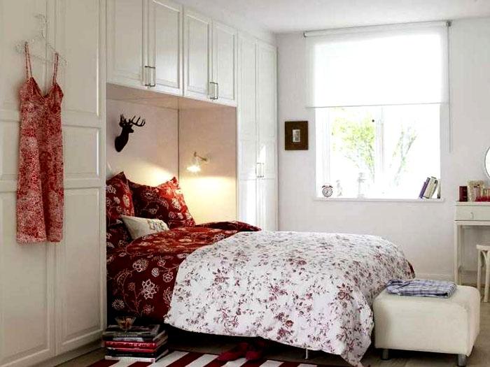 Отличным вариантом будет размещение мебели вокруг изголовья кровати, которая попадает в нишу