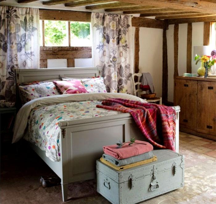 Натуральные древесные цвета и «деревенский» текстиль создают истинный кантри