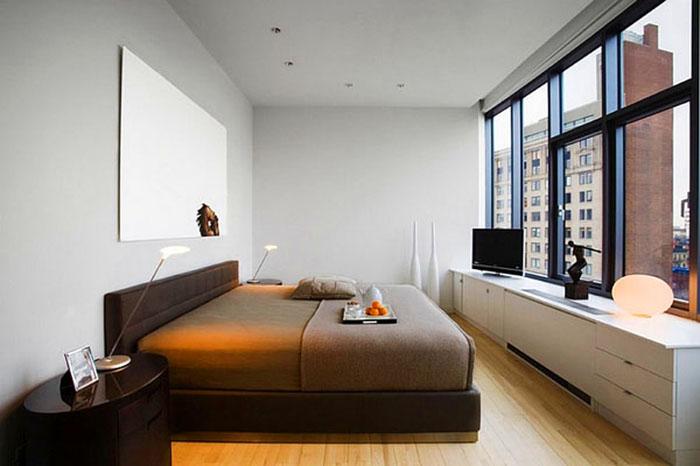 Маленькая спальня с окнами во всю стену выиграет, если под ними расположить длинный столик-тумбу