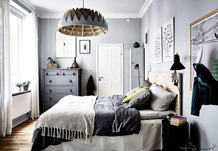 Сочетание оттенков белого, серого делает спальню оплотом тепла и северного уюта