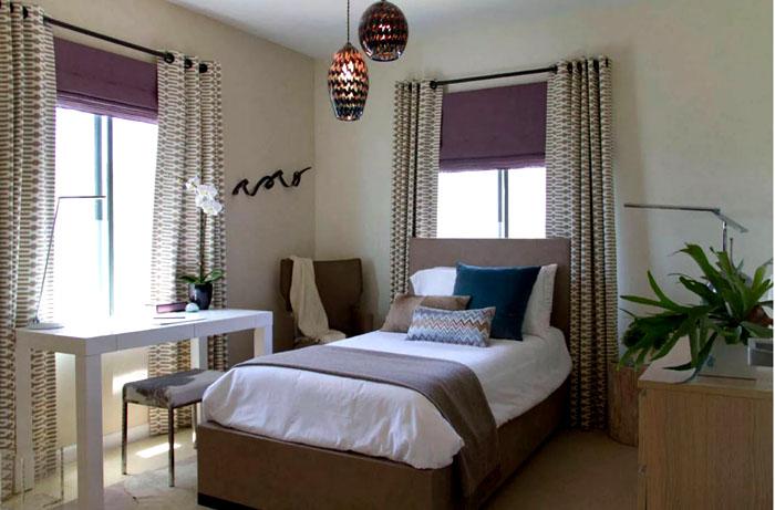 Два окна в маленькой спальне расположены удачно. Правильно подобранный текстиль сделает своё интерьерное дело