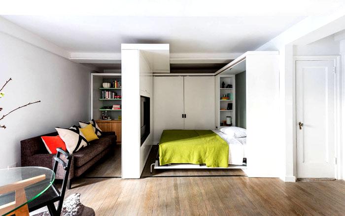 Иногда меньшую часть пространства отделяют от гостиной. Но решение будет удачным, если в стену вмонтировать телевизор, который можно повернуть вокруг своей оси