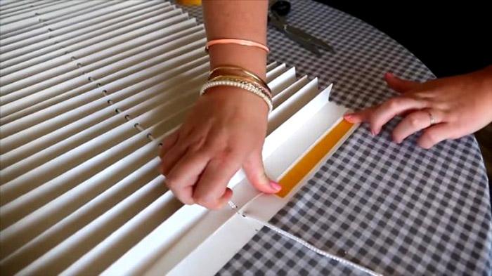 Отрежем кусочек двустороннего скотча длиной около 20 см, равного ширине складке гармошки. Полоска наклеивается с одной стороны на нижнюю складку