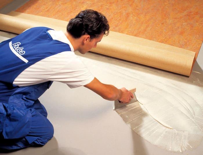 Нанесение клеевого состава на бетон
