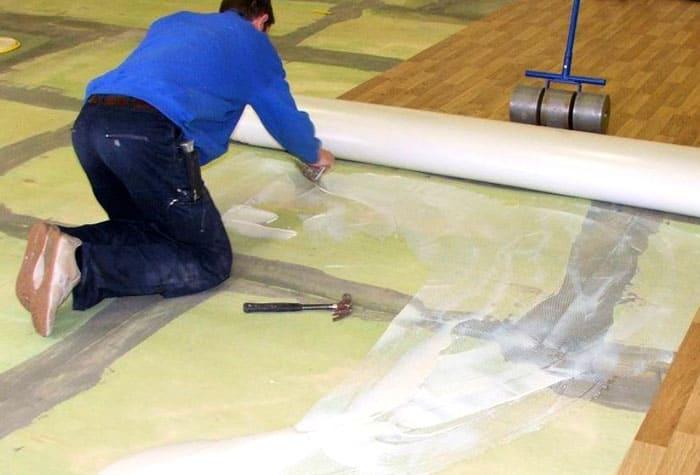 Поверхность покрытия после приклеивания прокатывается специальным валиком, особенно в местах стыковки