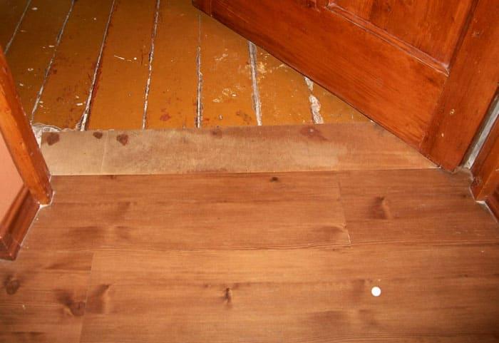 Место соединения линолеума и деревянного пола