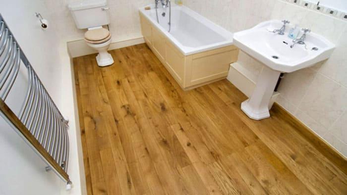Линолеум в ванной комнате нуждается в обязательной фиксации, это обеспечит дополнительную гидроизоляцию и защитит соседей снизу от подтопления