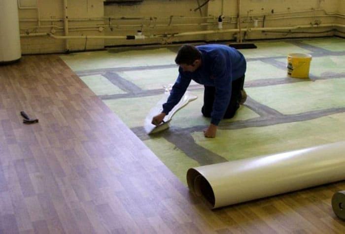 Особое внимание при фиксации покрытий из линолеума в помещении большой площади выделяются местам стыковки