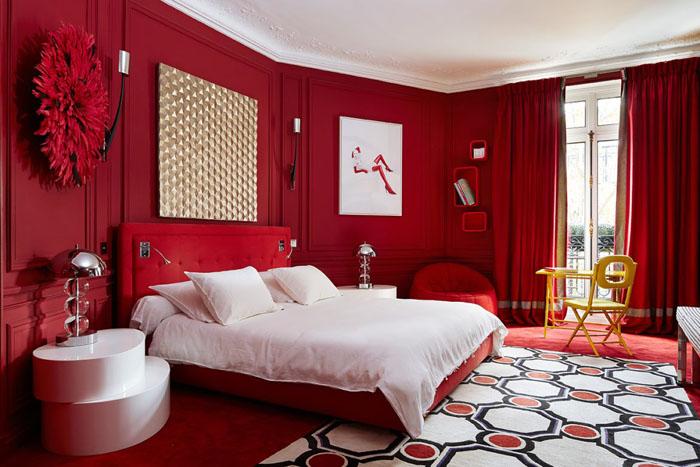 Чуть больше бордового оттенка, и комната уже не дарит тепло, а завораживает своей атмосферой