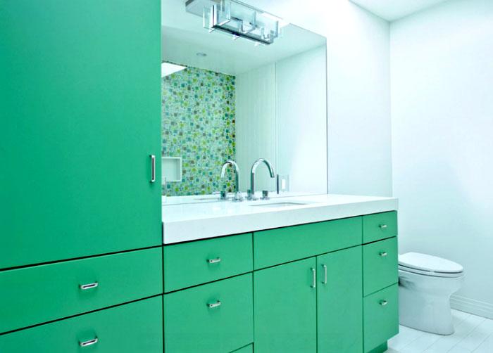 Холодноватый зелёный и свежесть ванной хорошо сочетаются