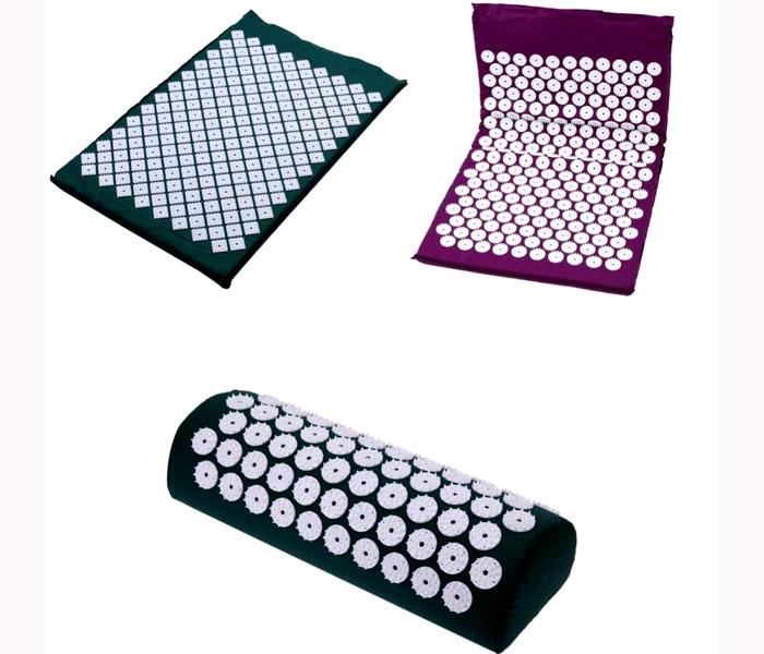 Разные фирмы предлагают коврики со своими особенностями: большим количеством шипов и их расположением, вшитыми подушками, возможностью разместить изделие на спинке стула или кресла