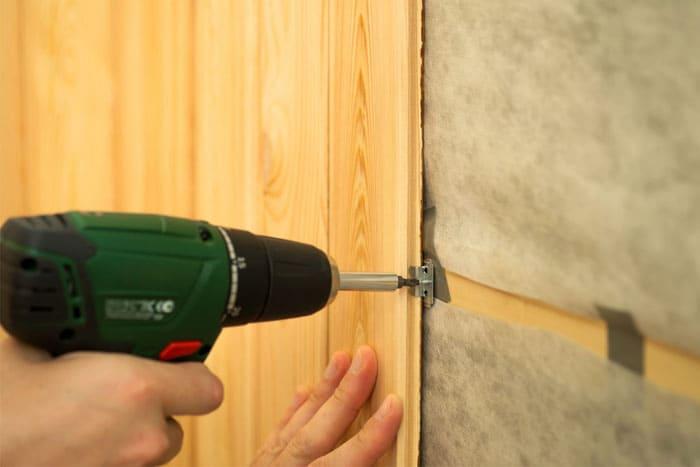 Монтаж стеновых панелей прост, а комната сразу приобретает солидный и благородный вид