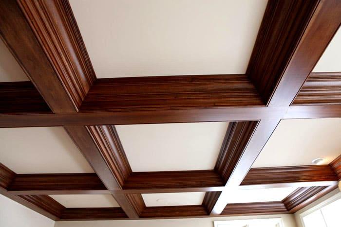 В деревянных домах многие предпочитают кессонную отделку из-за необычного внешнего облика