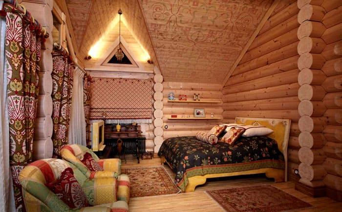 Русский стиль не терпит излишеств в отделке дома из бруса. Здесь уместно просто защитить дерево специальными покрытиями