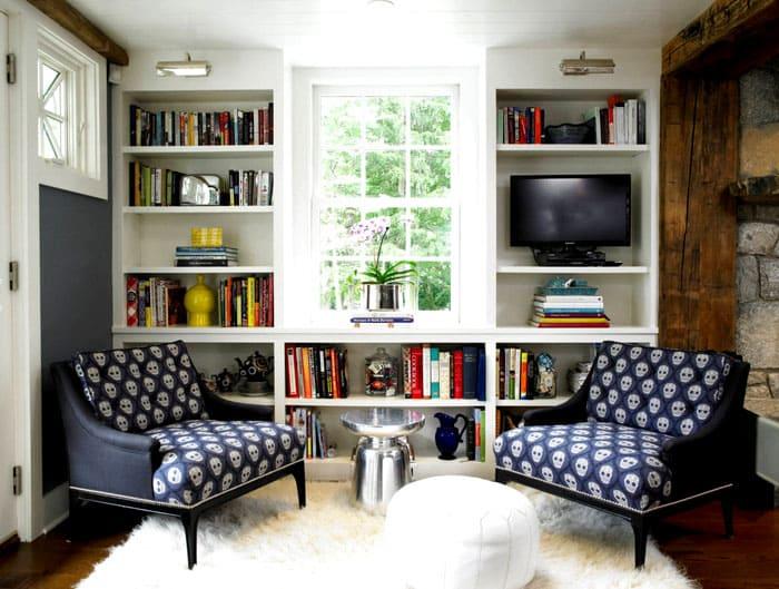 Кто экономит полезную площадь, тот может подвесить ряды полочек вокруг окна или дверного проёма