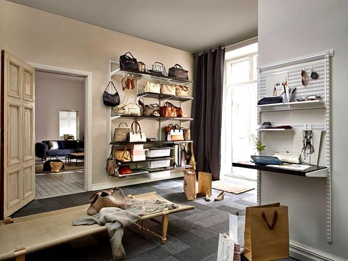 На стеллаже в прихожей можно отвести полочку для хранения вещей, которые нужно не забыть и взять с собой