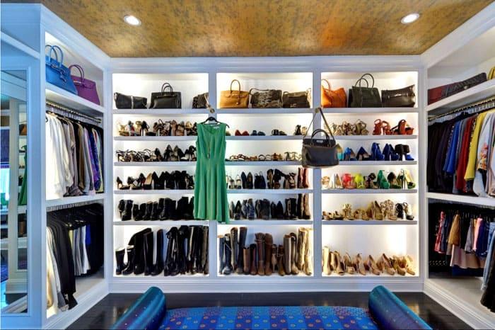 Удобные стеллажи для гардероба тоже упрощают жизнь своим хозяевам: всё под рукой и перед глазами