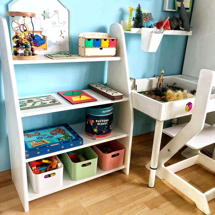 Для детской, в первую очередь, нужно место для хранения, поэтому продумываем, где удобнее всего будет хранить игрушки и книги, а потом уже отправляемся в магазин, чтобы купить стеллаж для игрушек в детскую комнату