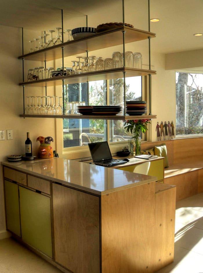 Что можно хранить на стеллаже в кухне: поваренные книги, специи, сервиз, декоративные вещи, создающие обеденное настроение