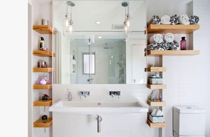 Кроме эстетических вещиц на полках удобно хранить полотенца, свёрнутые в рулоны, косметические принадлежности, туалетную бумагу