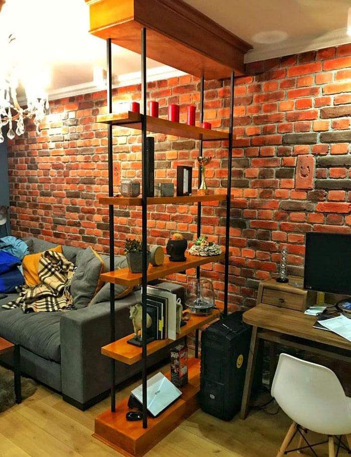 Конструкция без задней стенки не сделает визуально пространство меньше, а вот нужные зоны подчеркнёт
