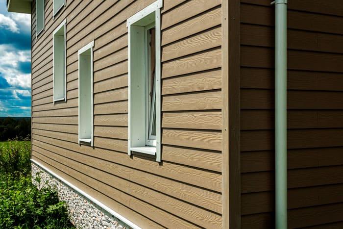 Внешне это может быть имитация деревянных стен, кирпичной кладки, каменной отделки