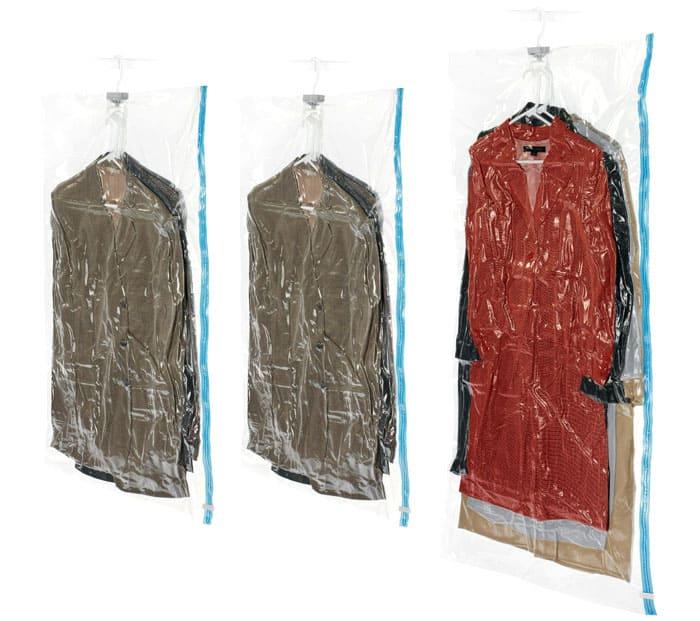 Для хранения верхней одежды нужны удлинённые пакеты с вешалкой. В них же хранят парадные костюмы