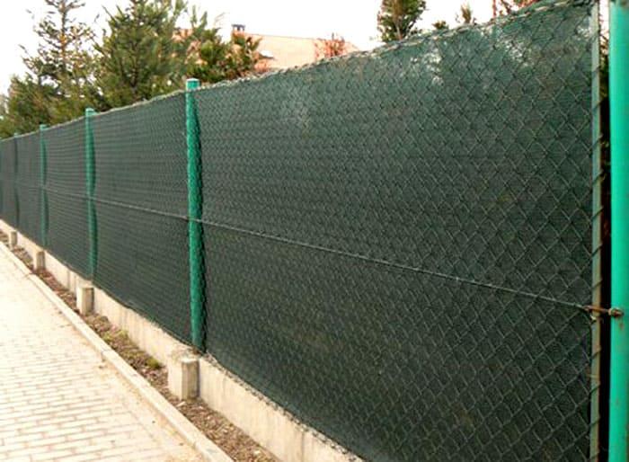 Защитная сетка тоже может стать отличным способом спрятать забор, оставив его светопроницаемым
