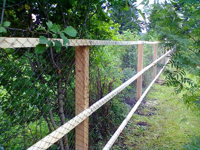 Чтобы столб прослужил дольше, та часть, что находится в почве, должна быть покрыта разогретой смолой. Есть и другие составы для обработки опоры. Часть над землёй покрывается олифой и лаком
