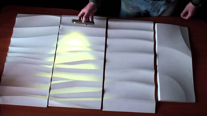 Источник освещения сначала прикладывают к плите, выбирая наиболее выгодное падение света