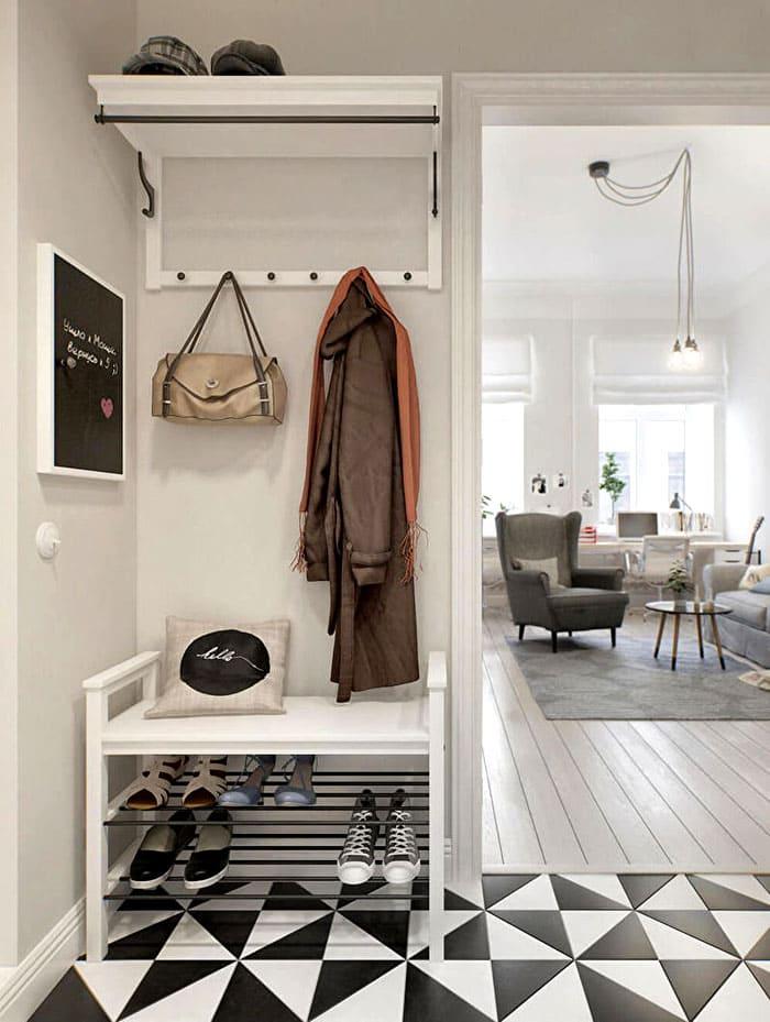 Наверху традиционно хранятся шапки, снизу обувь, и хорошо, когда полки из одного мебельного ансамбля