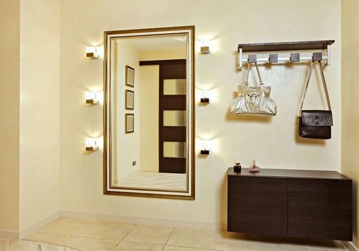 Подсветка вокруг зеркала сразу делает комнату светлее