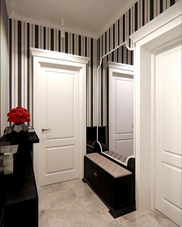 Зеркало вешают на стену, комоды ставят либо очень узкие, либо заменяют их длинными полками