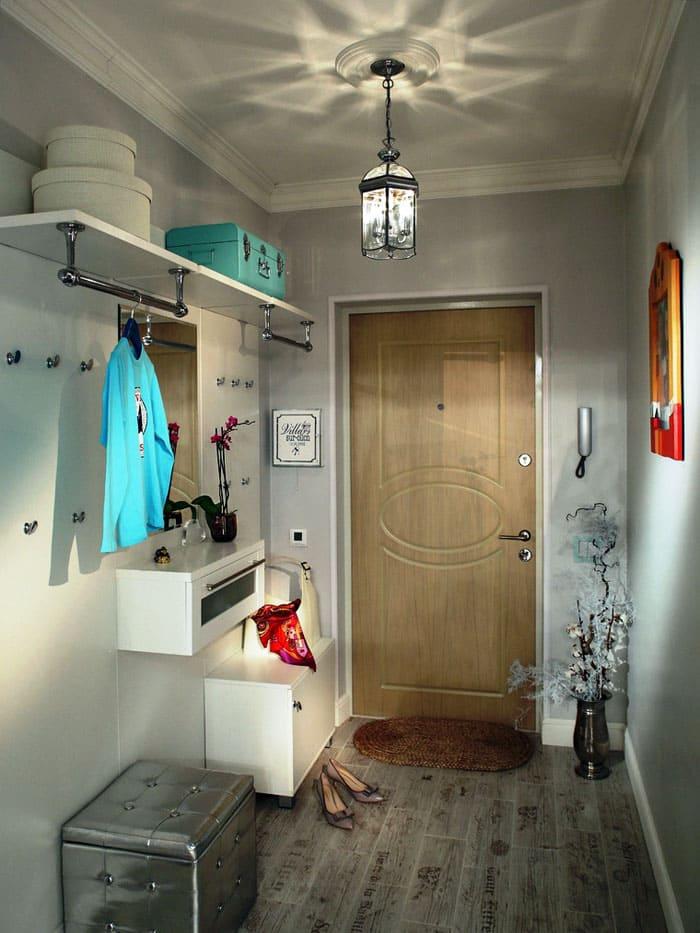 Натяжные потолки с глянцевой поверхностью хороши для малогабаритных коридорчиков