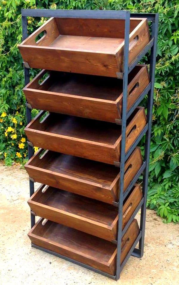 Профили и деревянные ящики становятся основой для обувницы