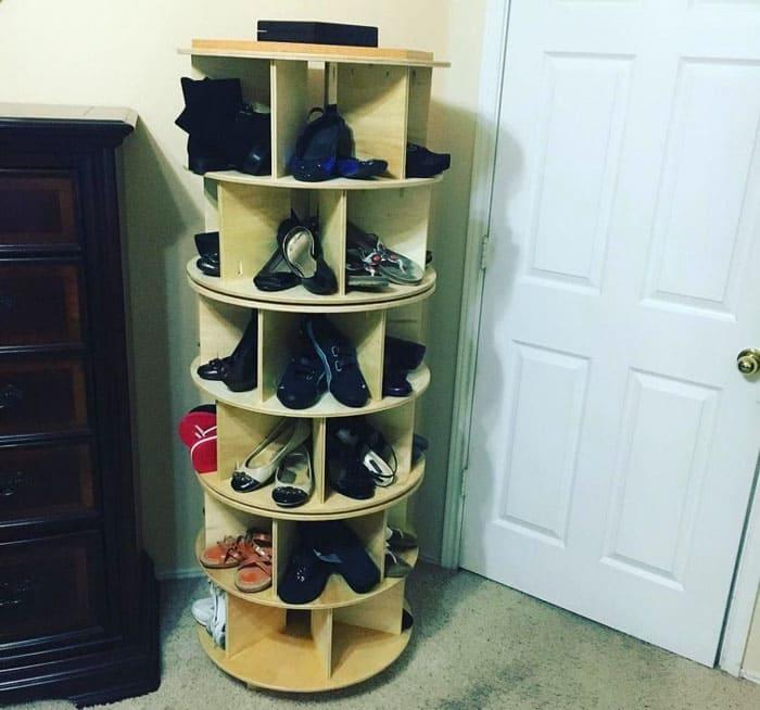 Круглая форма оригинальна и удобна: полки вращаются, вмещая в себя много ботиночек и туфель